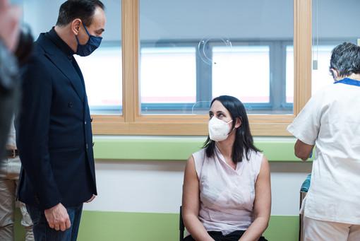 Alberto Cirio e una persona che riceve il vaccino