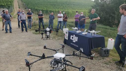 La tecnologia a servizio del vigneto: prove di irrorazione con macchinari e droni per i soci della Cantina Terre del Barolo