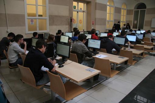 Studenti davanti ai computer tra i banchi di scuola