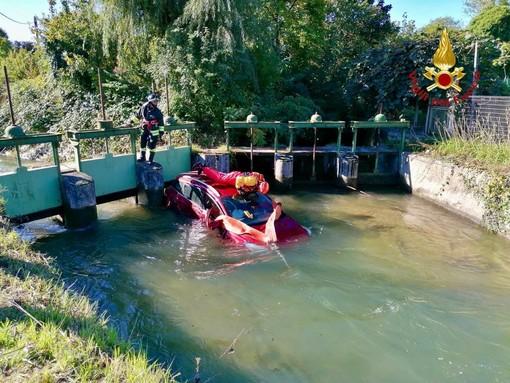 L'auto caduta nel canale a Robassomero