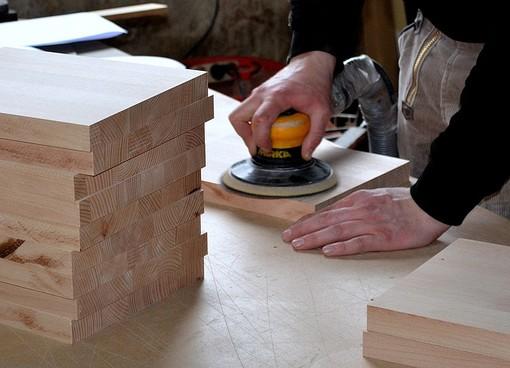 Artigiano al lavoro con il legno