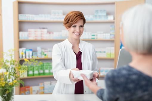 farmacista con cliente