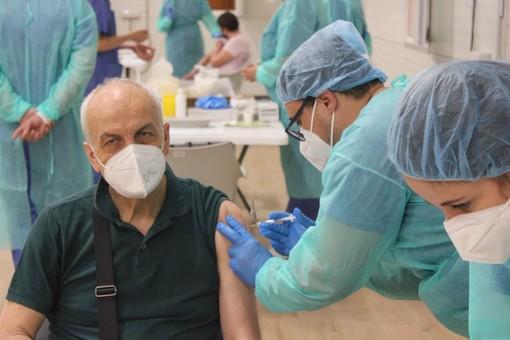 Vaccini anti-Covid, oggi somministrate 40.329 dosi. E arriva lo stop precauzionale ad AstraZeneca per gli under60