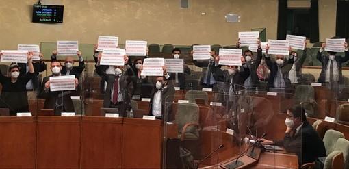 Gioco d'azzardo, iniziata in aula la discussione della nuova legge. Ostruzionismo a oltranza e proteste delle opposizioni
