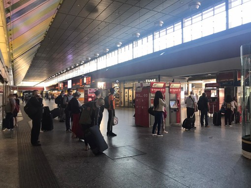 La stazione di Porta Nuova - viaggiatori aspettano il treno