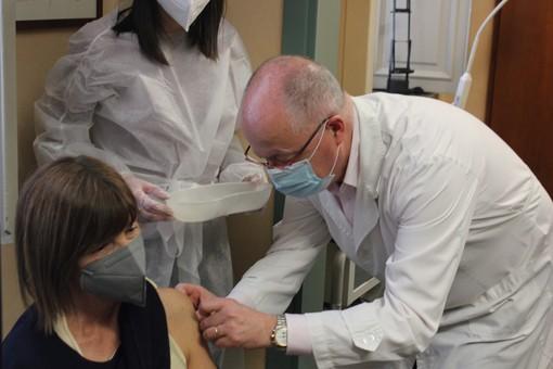 """Over 70, primi vaccini negli studi dei medici di base: """"L'ho fatto per riabbracciare la mia nipotina"""" (VIDEO e FOTO)"""